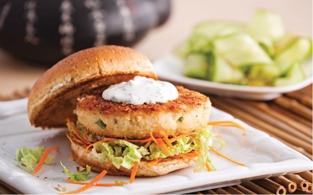 Burger de poisson et crevettes à l'asiatique