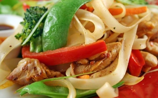 Sauté au poulet et nouilles asiatiques