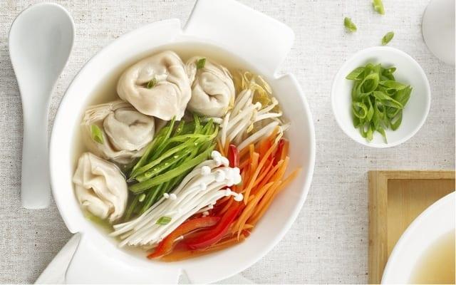 Soupe wonton gourmande aux légumes asiatiques