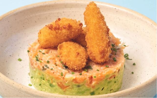 Tartare de saumon, guacamole et fromage en grains frit