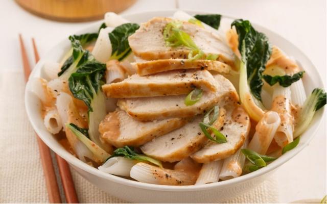Nouilles de riz, poulet à la lime et mini-bok choys